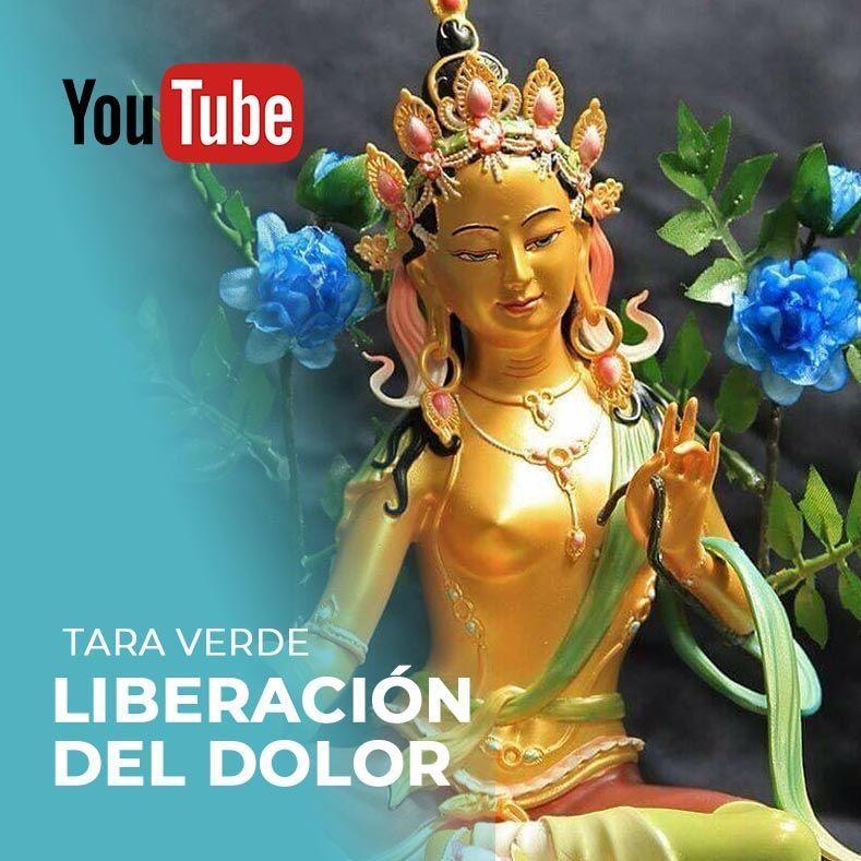 Estatua de tara verde con flores azules